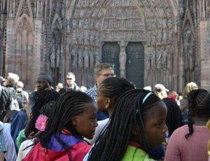 accueil-delegation-ecole-congolaise-2017-devant-la-cathedrale