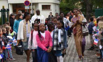 Une haie d'honneur, formée par les élèves guebwillerois en agitant des petits drapeaux, a accueilli la délégation congolaise au Collège Daniel. Photo L'Alsace/Bernard Biehler.